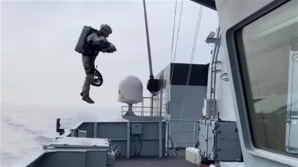 Binh sĩ Anh tự bay để đổ bộ tàu địch