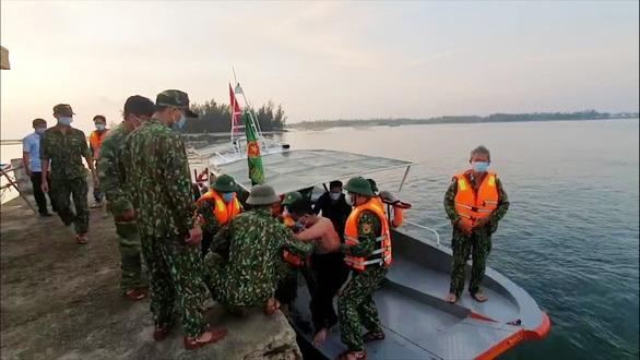 Tàu hàng đâm chìm tàu cá, mặc 3 ngư dân cầu cứu