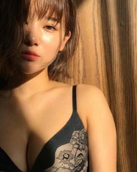 Manaka Nishihara nổi tiếng trên mạng xã hội và trở thành hiện tượng mạng khi từ một nha sĩ chuyển hướng thành người mẫu nội y.