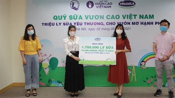 Quỹ sữa vươn cao VN trao sữa cho trẻ em 26 tỉnh