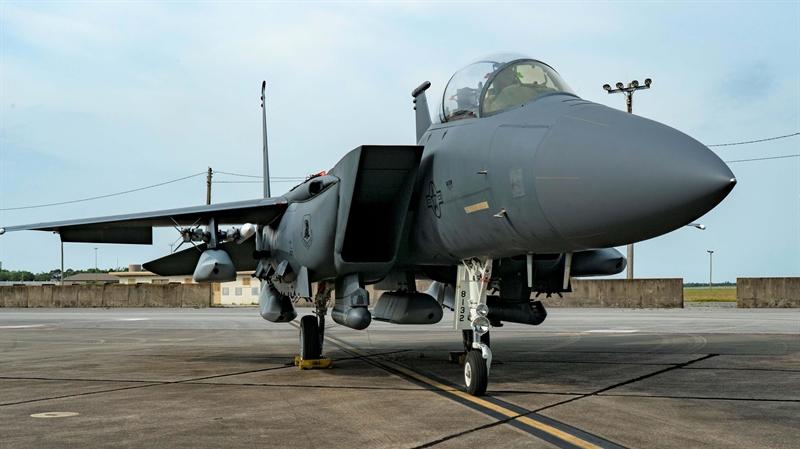 Chiếc tiêm kích tham gia thử nghiệm với 5 quả tên lửa hành trình tầm xa JASSM là F-15E Strike Eagle thuộc trang bị của căn cứ tại Florida, Mỹ. Để hoàn thành bài thử đặc biệt này, F-15E được gia cố lại 5 móc treo dưới bụng.