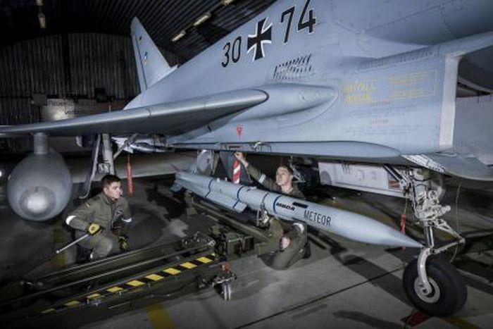 Theo tờ Der Spiegel (Đức), phi đội tiêm kích Typhoon của Không quân Đức đã chính thức được trang bị hệ thống tên lửa đối không ngoài tầm nhìn MBDA Meteor. Gói trang bị mới này là một phần trong chương trình nâng cấp toàn bộ số tiêm kích Typhoon hiện có với chi phí lên tới 6,5 tỷ USD.