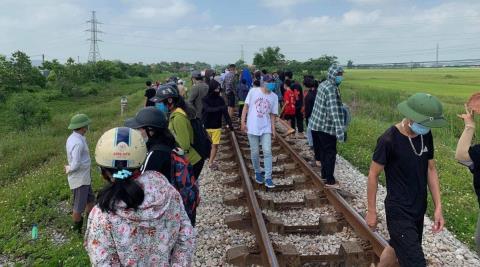 Mẹ ôm con nằm trên đường ray: Gia đình chồng thông cảm