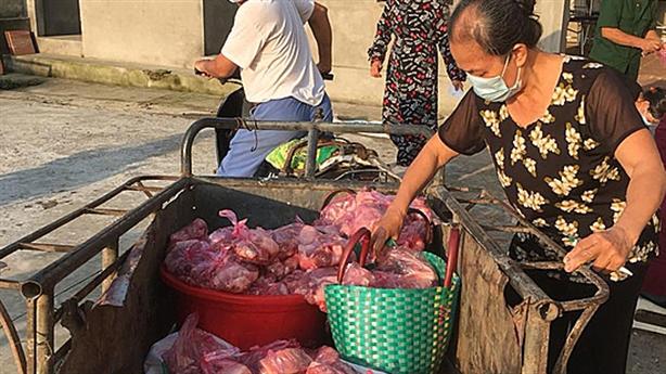Chuyện tử tế: Mổ lợn, tặng thịt dân làng bị phong tỏa