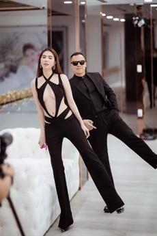 Mới đây, trên trang cá nhân của mình, ông bầu Vũ Khắc Tiệp tung ra loạt ảnh mới cùng người đẹp Ngọc Trinh. Cả hai ton sur ton trong những bộ trang phục đen.