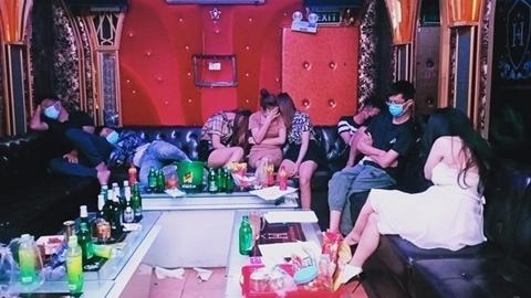 31 dân chơi thác loạn trong quán karaoke: 2 lớp bảo vệ