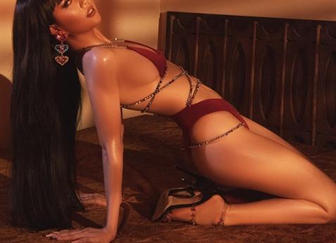 Đi theo con đường đã tạo nên sự nghiệp cho mình, Ngọc Trinh diện bộ bikini vô cùng gợi cảm và nóng bỏng.