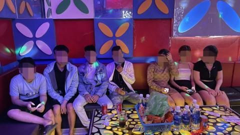 3 nữ thác loạn với 4 nam tại quán Vip