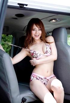 Akiho Yoshizawa nổi tiếng nhờ thân hình gợi cảm, đặc biệt là vòng một hơn người.