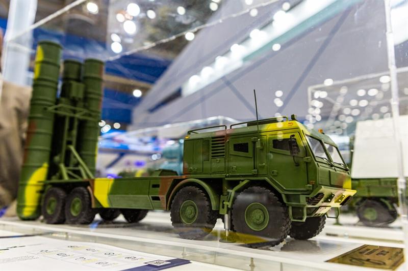 Theo giới thiệu của nhà sản xuất, SD-300 được phát triển dựa trên nguyên mẫu của S-300V1 hiện có nhưng có nhiều cải tiến, đặc biệt là việc cải thiện khả năng tấn công mục tiêu giúp vũ khí này sở hữu tính năng tương đương với S-400 của Nga.