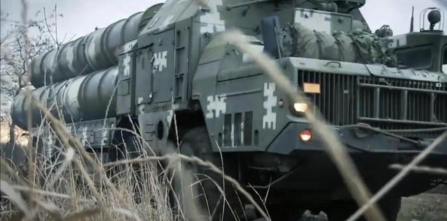 Một hệ thống tên lửa phòng không SD-300 hoàn chỉnh sẽ bao gồm 3 bệ phóng với 4 tên lửa, cho phép tấn công đồng thời 8 mục tiêu khí động học hoặc đạn đạo khác nhau. Dù được LUCH giới thiệu là hệ thống vũ khí mới và ngang hàng với S-400 nhưng tầm bắn của SD-300 lại khá khiêm tốn ngay với nguyên bản S-300V1, kém xa S-400 của người Nga.