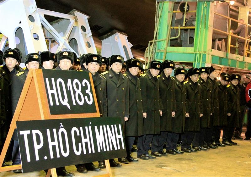 Lữ đoàn Tàu ngầm 189 là đơn vị tàu ngầm cấp chiến dịch được trang bị các tàu ngầm Kilo 636, hải đội tàu bảo đảm cùng hệ thống cơ sở bờ đồng bộ, hiện đại. (Cán bộ, thủy thủ Tàu ngầm 183-TP.Hồ Chí Minh trong lễ hạ thủy tàu tại Liên Bang Nga tháng 12-2012).