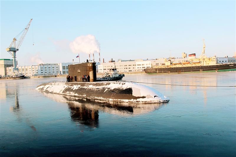 Lữ đoàn có nhiệm vụ độc lập hoặc hiệp đồng với các đơn vị trong và ngoài Quân chủng triển khai bí mật tàu ngầm, tìm kiếm, phát hiện, bám sát và bất ngờ tiến công tiêu diệt các mục tiêu của địch. (Các thủy thủ tàu ngầm được huấn luyện đi biển tại Liên bang Nga).