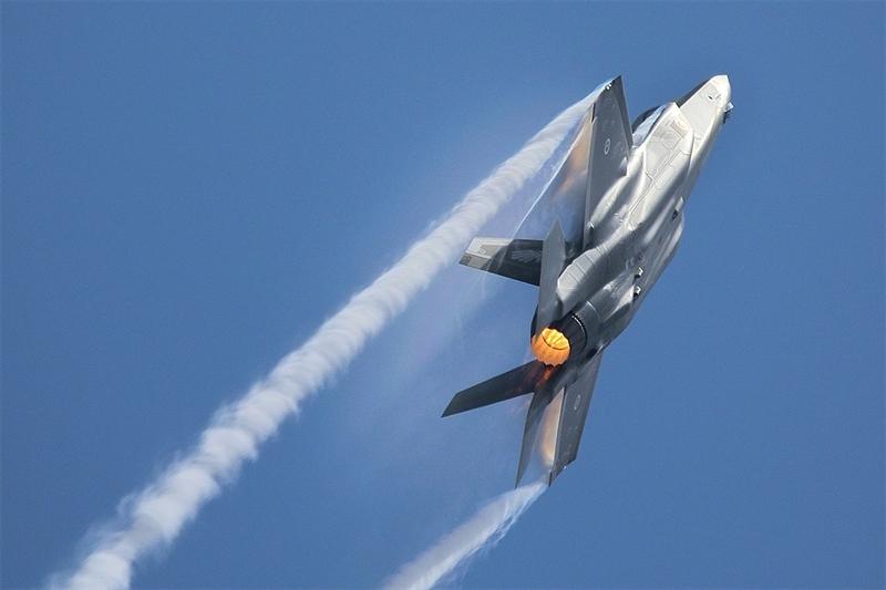 Nhận định được vị chuyên gia hàng đầu của Mỹ đưa ra khi xuất hiện những nghi ngờ về sức mạnh và khả năng chiến đấu của dòng tiêm kích thế hệ 5 này. Tính năng đầu tiên giúp F-35 khẳng định sức mạnh chính là khả năng linh hoạt trong sử dụng nhiều loai vũ khí khác nhau.