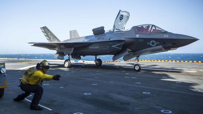 Điểm mạnh tiếp theo cũng là mạnh nhất của F-35 được Episkopos chính là khả năng tàng hình. Theo chuyên gia này, người Mỹ có thêm lý do để tự hào về F-35 khi khung thân máy bay được thiết kế đặc biệt để tạo ra tiết diện radar nhỏ nhất và được phủ bên ngoài lớp vật liệu hấp thụ radar.