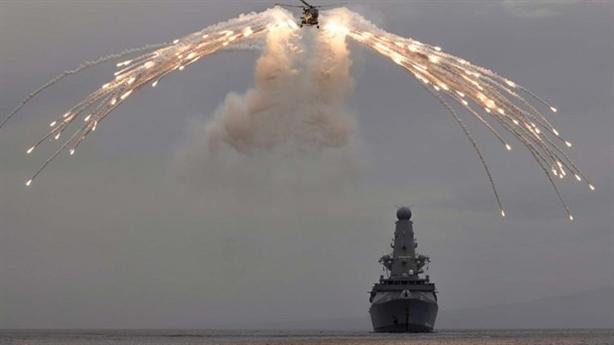 Su-24M xuất kích cùng bom cảnh cáo tàu Anh vào Crimea?