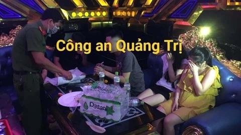 6 nữ làm bậy cùng 19 nam trong quán karaoke