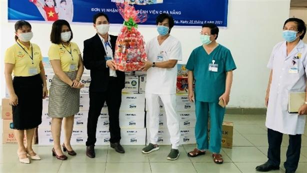 Vinamilk tặng cán bộ y tế tuyến đầu món quà sức khỏe