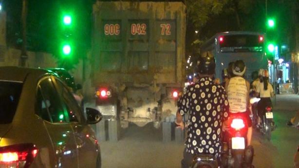 Hà Nội: Đoàn xe 'khủng' đổ đất thải từ dự án nào?