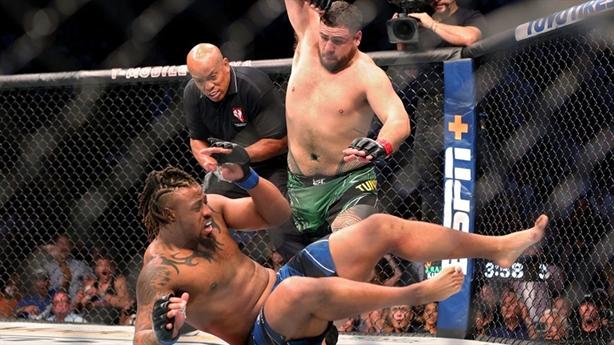 Bị dồn đòn, võ sĩ phản công ấn tượng...hạ knock-out đối thủ