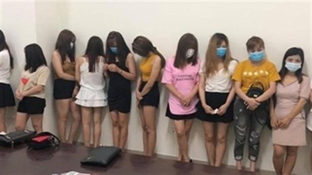 14 người đẹp không việc làm đứng đường, nghi bán dâm