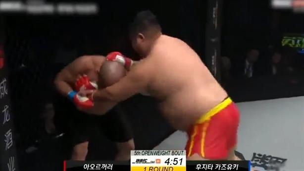 Võ sĩ Trung Quốc đấm võ sĩ Nhật chạy khắp sàn đấu