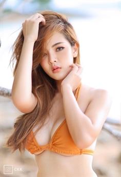 Diện bộ bikini sắc cam, nhan sắc nổi tiếng của Thái Lan nhận vô số lời khen.