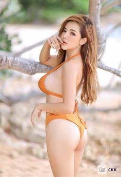 Cô được khen ngợi nhờ gương mặt hoàn mỹ cùng thân hình gợi cảm.