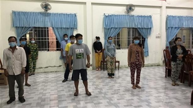 5 nam, 5 nữ sát phạt nhau tại phòng kín