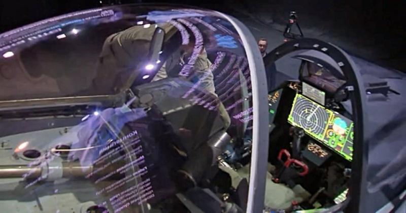 Máy bay được trang bị một cụm cảm biến theo dõi và bám bắt mục tiêu bằng hồng ngoại (IRST) trên mũi, cùng nắp kính buồng lái trượt về phía sau tương tự chiến đấu cơ Su-57.