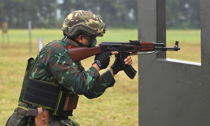 Xạ thủ thực hiện bài thi với súng AK.