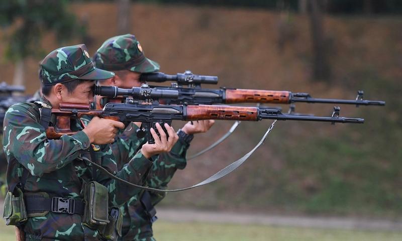 Xạ thủ đội bắn tỉa sử dụng súng trường bắn tỉa SVD luyện tập ở tư thế đứng bắn.