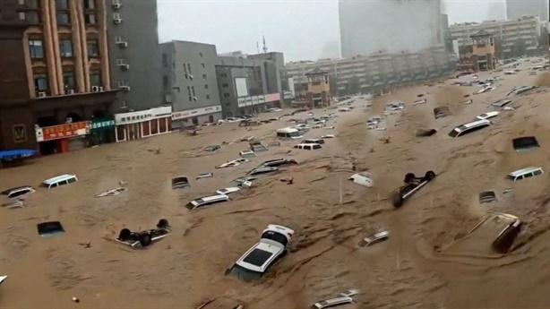 Ô-tô Trung Quốc xếp đống trên đường sau mưa lũ lịch sử