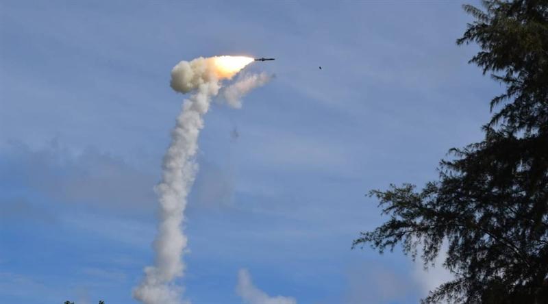 Phiên bản đánh chặn máy bay cỡ lớn của BrahMos được thực hiện đồng thời với dòng đất đối đất có tốc độ lên tới gần Mach 7 và được chia thành từng giai đoạn. \