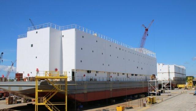 Con tàu có kích thước khổng lồ với chiều dài hơn 267 m và rộng 20 m. Chiều cao của APL 67 tính từ mặt nước ước tính bằng tòa nhà 4 tầng.