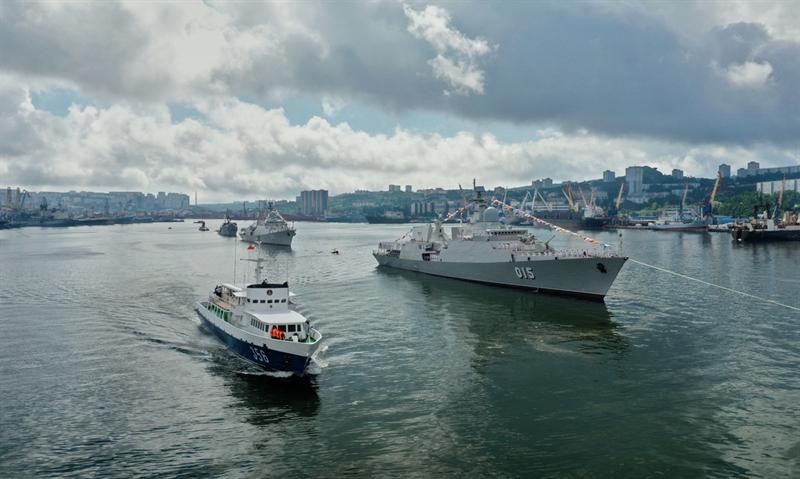 Chiến hạm dẫn đầu đội hình tàu duyệt binh là tàu tuần dương tên lửa Varyag của Hạm đội Thái Bình Dương.