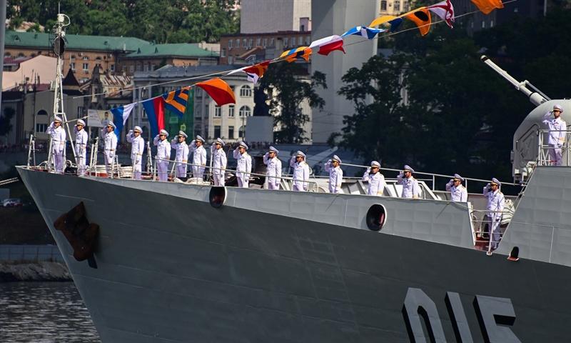 Trong đội hình tàu tham dự, hai tàu 015 và 016 của Việt Nam nổi bật với hình ảnh lá cờ Tổ quốc tung bay được treo cạnh quốc kỳ LB Nga.