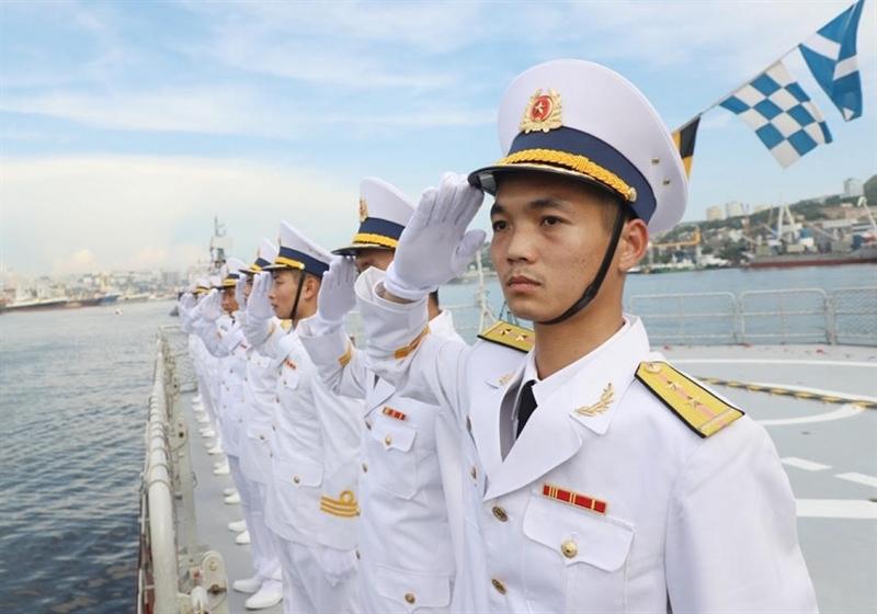 Khi tàu chỉ huy duyệt ngang qua vị trí của tàu 015 và 016, các cán bộ, sĩ quan trên tàu đã thực hiện các nghi thức chào trang trọng theo Điều lệnh tàu Hải quân nhân dân Việt Nam.
