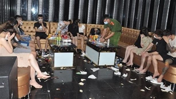 6 nam và 22 nữ hư hỏng ở karaoke Bad Boy