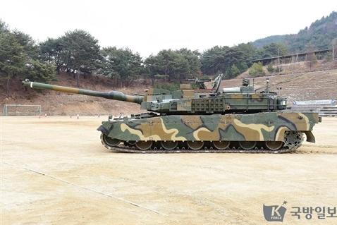 Mới đây, truyền thông Hàn Quốc đã công bố hình ảnh xe tăng chiến đấu chủ lực K2 của nước này có thể thay đổi tổng chiều cao bằng cách điều chỉnh lại hệ thống treo. Chế độ hoạt động thân thấp này có lợi cho việc che giấu dưới địa hình rừng núi và cải thiện hơn nữa khả năng sống sót trên chiến trường.