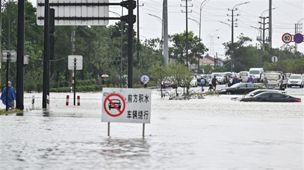 Trung Quốc vừa hứng bão lũ vừa chịu bão cát kinh hoàng