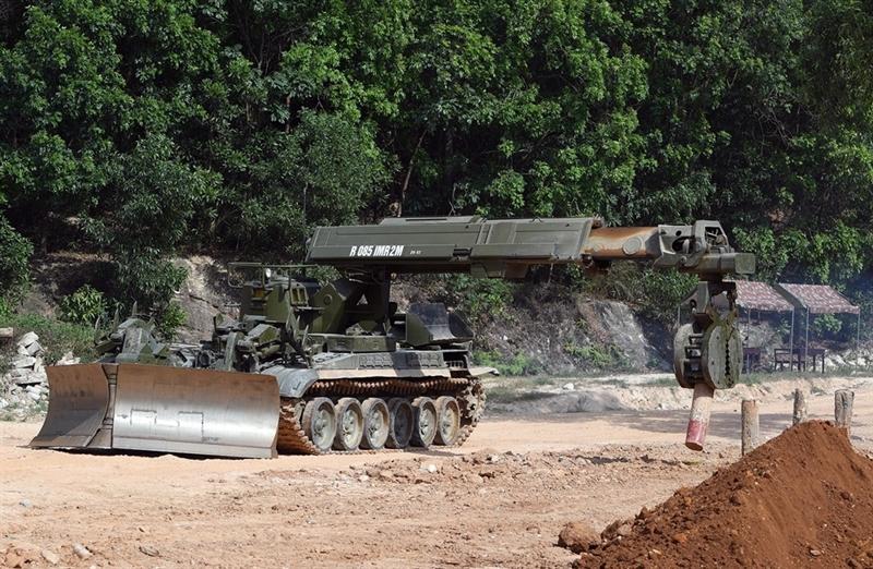 Điều đặc biệt tham gia huấn luyện có xe công binh tối tân IMR-2M. Đây là loại xe công binh công trình hạng nặng chuyên dùng để phá chướng ngại vật được chế tạo dựa trên khung gầm xe tăng T-72A. IMR-2 được thiết kế với nhiệm vụ đảm bảo sự di chuyển thông suốt của các đơn vị quân đội qua khu vực bị phá hủy trong vùng chịu ảnh hưởng của vũ khí hạt nhân, các bãi mìn cùng chướng ngại vật gây nổ, khi cần thiết còn có thể sử dụng phục vụ công tác tìm kiếm cứu hộ cứu nạn.