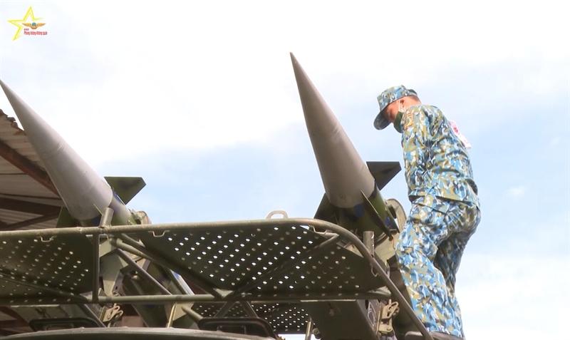 Để dây chuyền lắp ráp tên lửa hoạt động có chất lượng, hiệu quả, đơn vị đã làm tốt công tác chuẩn bị về giáo án huấn luyện, bồi dưỡng về trình độ chuyên môn cho toàn kíp.