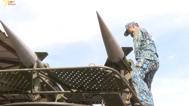 Phòng không Việt Nam chú trọng huấn luyện lắp ráp tên lửa