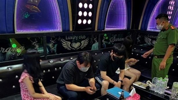 3 nhân viên nữ tiếp 5 khách nam tại quán karaoke