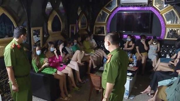 30 khách hát karaoke bị bắt quả tang
