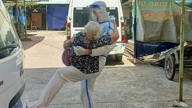 Thượng úy nói với cụ bà F0 'má cứ ôm lấy con'