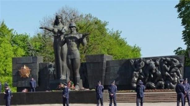 Ukraine rũ bỏ lịch sử Liên Xô, Nga lên án gay gắt