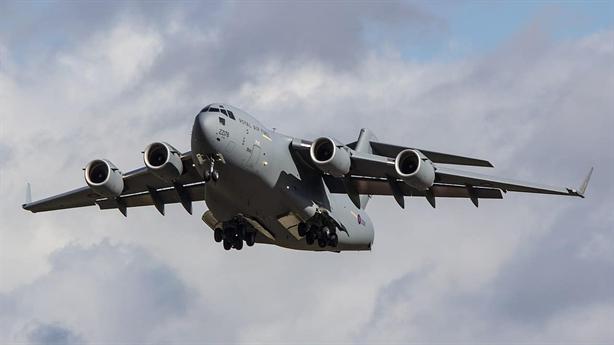 C-17 phô diễn khả năng phanh trên không