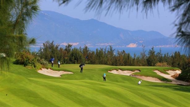 Yêu cầu tạm đình chỉ công tác GĐ Sở chơi golf